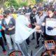 BERMASKER - Jajaran Forkopimda Sidoarjo membagikan 15.000 masker ke pengguna jalan dan warga yang berolahraga di Alun-Alun Sidoarjo, Minggu (09/08/2020)
