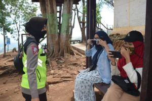 Petugas ingatkan pengunjung untuk selalu menggunakan masker.