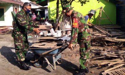 Prajurit Kodim 0820 saat membangun Rumah Bu Bunadi