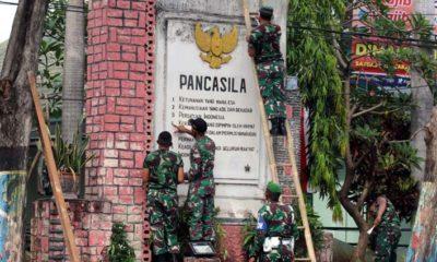 Para anggota kodim juga terlihat membersihkan tugu pancasila yang dinilai mempunyai nilai sejarah di Kota Probolinggo