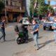 BAGIKAN MARKER: Jurnalis yang tergabung dalam FWLM Jember membagikan masker kepada para pengendara