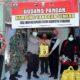 Kapolres Situbondo AKBP Sugandi SIK M Hum bersama Kabag, Kasat dan Kapolsek Jajaran memberikan bantuan sembako, obat lian hua, minuman prebiotik dan herbal sinse kepada warga yang melaksanakan karantina mandiri. (her)