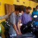 BABAK BELUR - Tersangka pencurian motor, Fatlhurozi Yudik warga Kelurahan Semolowaru, Kecamatan Sukolilo, Surabaya babak belur usai dihajar warga dijebloskan dalam tahanan Polsek Waru, Sabtu (08/08/2020)