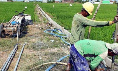 GOTONG ROYONG: Petani Desa Jemirahan secara swadaya, bergotong-royong melaksanakan pengeboran untuk mendapatkan air (gus)