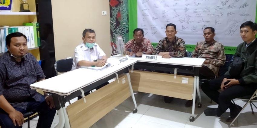 MEDIASI: Pemilik Jaminan CV Nirmala Karya saat berusaha mediasi dengan dengan pihak KPKNL Pamekasan