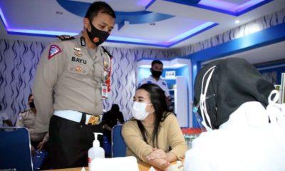 JALANI: Petugas pelayanan SIM Polresta Malang Kota saat menjalani rapid test diawasi Kanit Regident Polresta Malang Kota AKP M.Bayu Agustian S.I.K