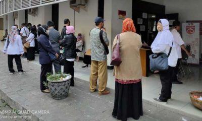ADUKAN NASIB: Ratusan PNS menggeruduk Kantor BKPSDM Pemkab Jember, yang terletak di Jalan Sudarman, Rabu (5/8/2020)