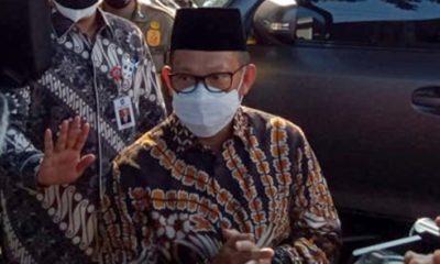 Mendagri Tito Karnavian saat diwawancarai awak media di samping Pendopo Kabupaten Malang