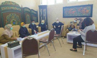 MENUNGGU: Anggota DPRD Pamekasan saat menunggu rapid test di ruang lobi, lantai dua DPRD Pamekasan.