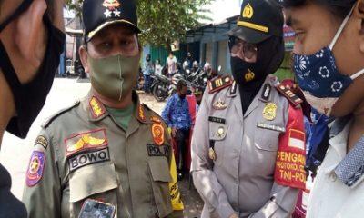 KETERANGAN: Kapolsek Pakisaji saat memberikan keterangan bersama Kepala Peraturan Perundang-undangan Satpol PP Kabupaten Malang.