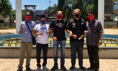 KOORDINASI: Sejumlah tampak NGO lakukan koordinasi dalam menjaga pilkada yang sehat di Taman Kota Pasuruan.
