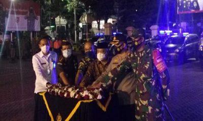 TANDA: Kapolres Malang bersama Forkopimda Kabupaten Malang, saat menandai peluncuran tim pemburu pelanggar Covid 19.