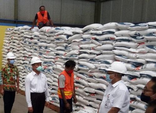 CEK: Menko BPMK saat melakukan pengecekan rencana pendistribusian beras.