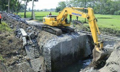 Proses pembangunan jembatan di Desa Boreng yang dikerjakan mulai 8 September 2020 lalu.