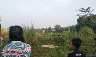 DITEMUKAN WARGA: Kondisi mayat saat ditemukan warga di tanah lapang Perum Gede Desa Sudimoro, Tulangan. (gus)