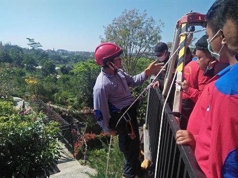 DPK Kota Batu berlatih vertical rescue di Lembah Metro Resort.