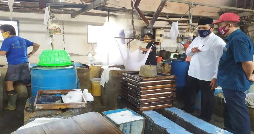 DIALOG: Cabup Sidoarjo 2020, Bambang Haryo Soekartono (BHS) berdialog dengan pemilik UMKM Tahu, Sudibyo Wiyanto yang ada di Dusun Pandean, Desa Banjarkemantren, Kecamatan Buduran, Sidoarjo, Selasa (27/10/2020).
