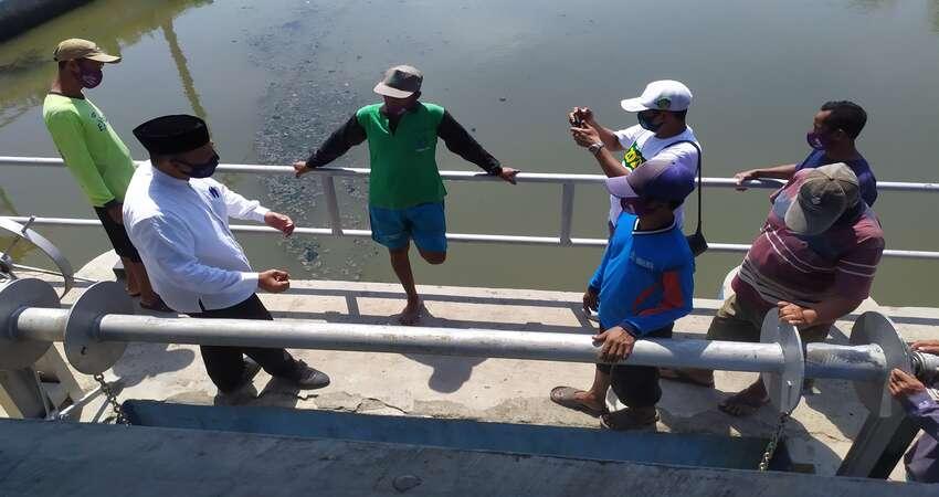 CEK PINTU AIR : Cabup Sidoarjo, Bambang Haryo Soekartono (BHS) mengecek kondisi pintu air di Sungai Desa Kalidawir, Kecamatan Tanggulangin, Sidoarjo yang berdekatan dengan lahan pertanian sekali tanam padi setahun, Senin (12/10/2020).