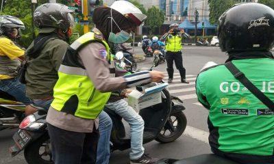 Petugas Polwan Polresta Malang Kota saag memberikan edukasi protokol kesehatan dan membagikan masker kepada masyarakat. (ist)