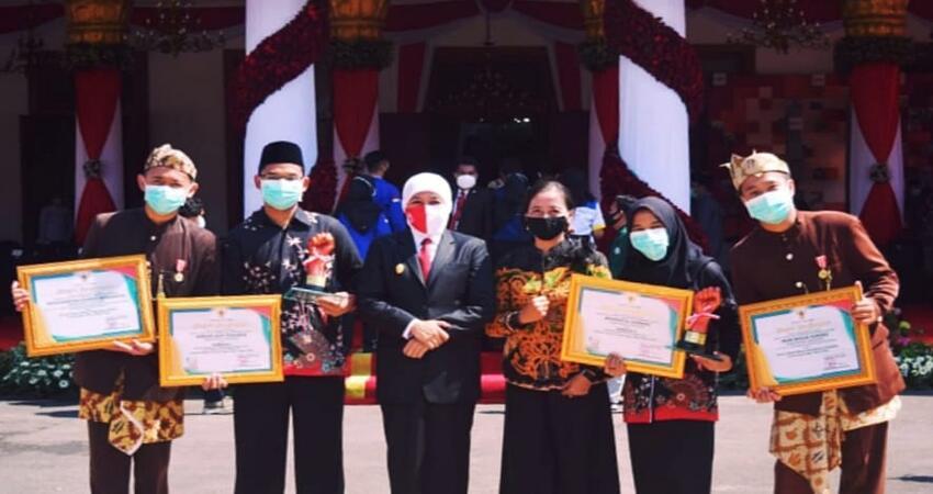 Keempat pemuda berprestasi asal Lumajang usai terima penghargaan dari Gubernur Jatim, Khofifah Indar Parawansa di Gedung Grahadi Surabaya.