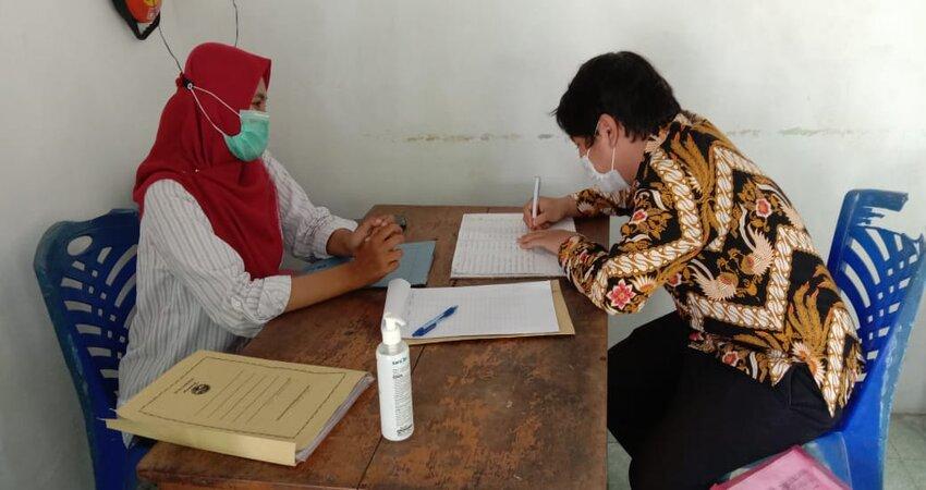 Aktivitas di Bawaslu saat menjelang Pilkada Kabupaten Gresik.