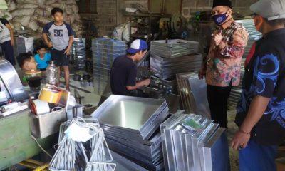 SAYANGAN : Cabup Sidoarjo, Bambang Haryo Soekartono (BHS) bakal memfasilitasi puluhan UMKM Sayangan di Desa Kebonsari, Kecamatan Candi, Sidoarjo agar segera mendapatkan perizinan PIRT dan merek agar bisa berkembang pesat, Selasa (13/10/2020).