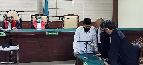 VONIS: Bupati Sidoarjo nonaktif, Saiful Ilah berdialog dengan para penasehat hukumnya usai mendengarkan diputus (divonis) bersalah dan dijatuhi hukuman 3 tahun penjara dan denda Rp 200 juta dalam sidang putusan di Pengadilan Tipikor Juanda, Sidoarjo, Senin (05/10/2020).
