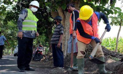 Program padat karya harus melibatkan minimal 25% tenaga kerja dari masyarakat setempat atau sekitar lokasi proyek.