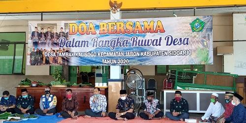 SEDEKAH BUMI : Pj. Kepala Desa Tambak Kalisogo, Abdul Rokhim (baju batik warna putih) dalam rangka sedekah bumi menggelar do'a bersama dipendopo kantor balai desa. (gus)