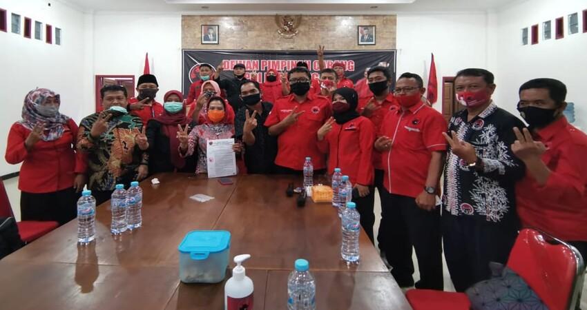 Sekretaris DPD PDI Penjuangan Jawa Timur saat menyerahkan SK Pemecatan Yusuf Widyatmoko kepada Ketua DPC PDI Perjuangan Banyuwangi, I Made Cahyana Negara.