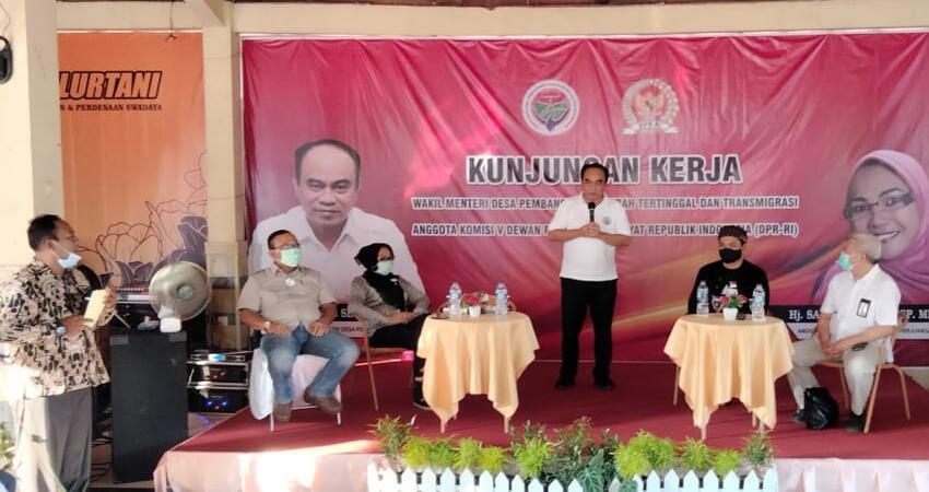 Kegiatan Wamen Desa Pembangunan Daerah Tertinggal dan Transmigrasi bersama Anggota Komisi V DPR-RI Sadarestuwati di Desa Banjaragung, Kecamatan Bareng-Jombang.