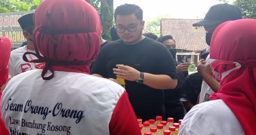Hanandhito Himawan Pramana bersama para relawan.
