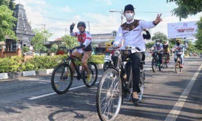 Cabup Arifin saat gowes santai sambil kampanye.