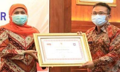 Pjs Bupati Trenggalek saat menerima penghargaan LPPD Kemendagri RI.