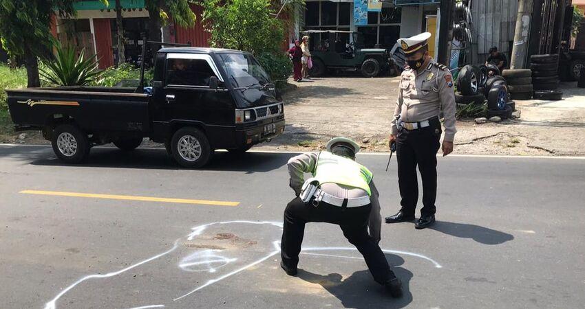 Anggota Satlantas Polres Malang melakukan olah TKP di lokasi kecelakaan.