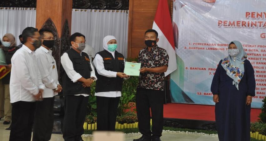 Penyerahan sertifikat PTSL kepada masyarakat Trenggalek oleh Gubernur Jatim, Khofifah Indar Parawansa di Pendopo Manggala Praja Nugraha.