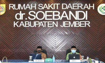 Plt Bupati Jember, Drs KH A Muqit Arief, saat membuka pelaksanaan seminar kesehatan di RSUD dr Soebandi Jember.