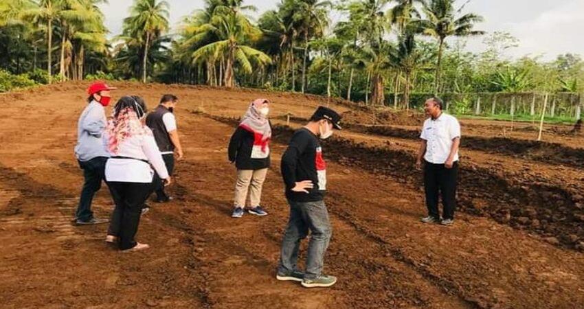 Bupati Lumajang, Thoriqul Haq meninjau pembangunan sirkuit BMX di kawasan Selokambang.