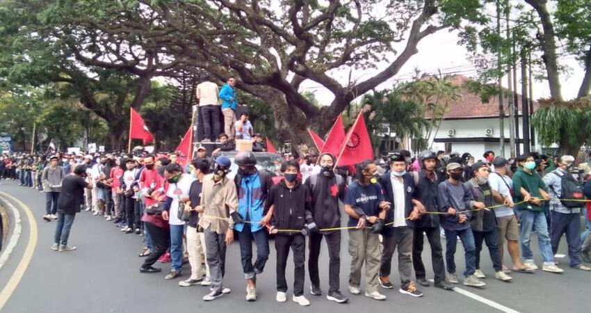 Massa yang megatasnamakan Aliansi Masyarakat Malang gelar aksi tolak omnibus law.