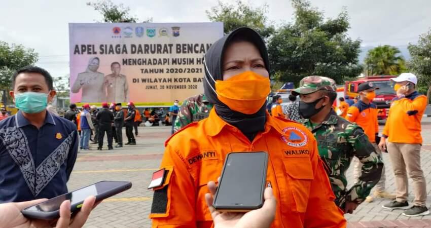 Wali Kota Batu, Dewanti Rumpoko saat diwawancarai usai mengikuti apel darurat bencana.