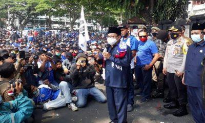 Wali Kota Malang Drs Sutiaji, Kapolresta Malang Kota Kombes Pol Leonardus, Ketua DPRD Kota Malang Made Rian Kartika saat menemui Aremania. (gie)
