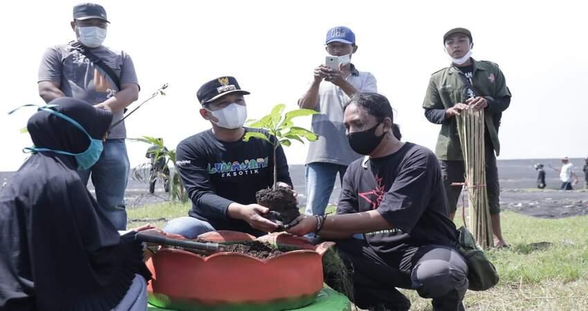 Cak Thoriq bersama komunitas pecinta alam saat melaksanakan penanaman bibit pohon di kawasan pesisir Pantai Watu Pecak.