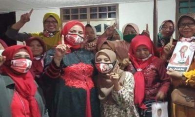 Warga Jombang foto bersama dengan calon Bupati Jember nomor urut 1, dr Hj Faida MMR.