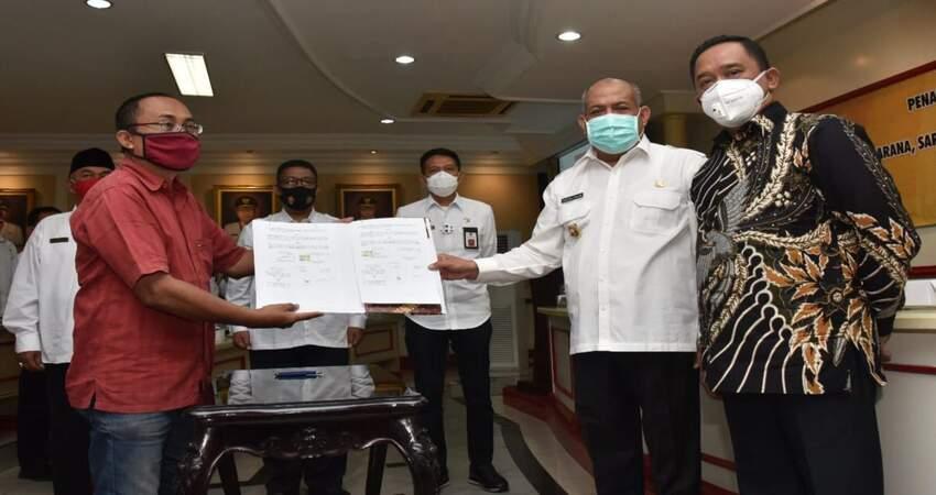 Pjs Bupati Malang, Sjaichul Ghulam saat serah terima Fasum Perumahan.