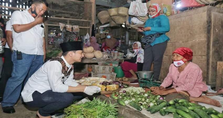Mas Ipin saat mengunjungi lokasi relokasi Pasar Pon dan menyapa langsung pedagang di Pasar Basah Trenggalek.