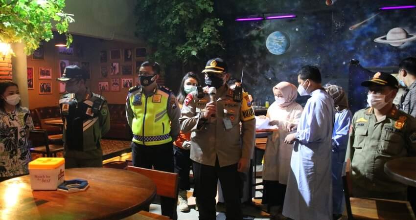 Petugas saat melakukan operasi yustisi di kafe. (ist)