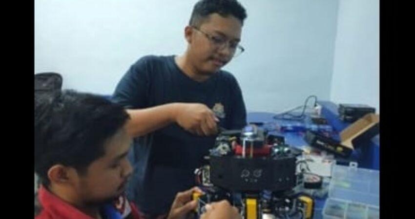 Tim robot Polinema sedang mempersiapkan robotnya untuk laga final KRI Nasional.