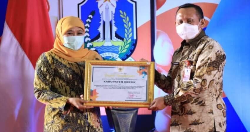 Penyerahan piagam oleh Gubernur Jawa Timur, Khofifah Indar Parawansa.