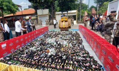 Satpol PP Sidoarjo Musnahkan Botol Miras Hasil Operasi Pekat