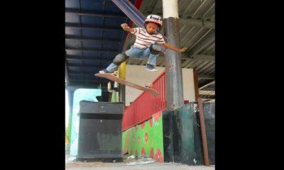 Lil Joko saat melakukan gerakan trik skateboard.